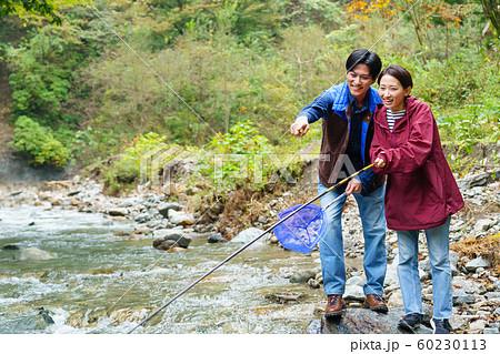 カップル 釣り 川 フィッシング アウトドアイメージ 60230113
