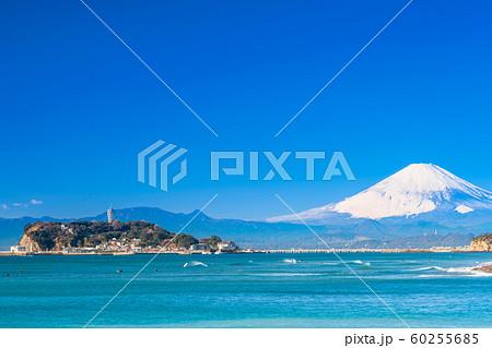 神奈川 湘南海岸 江の島と富士山(稲村ヶ崎より) 60255685