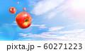 青空に飛ぶ複数の赤いりんご 雲あり 合成 60271223