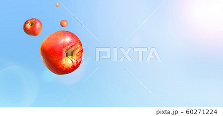 晴天に飛ぶ複数の赤いりんご 合成 60271224
