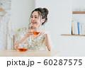 若い女性(紅茶) 60287575