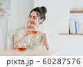 若い女性(紅茶) 60287576