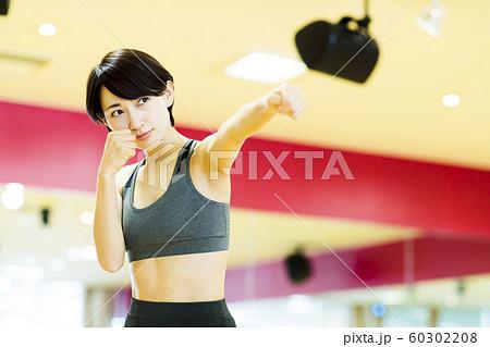 フィットネス スポーツジム トレーニング ミドル 女性 エクササイズ 60302208