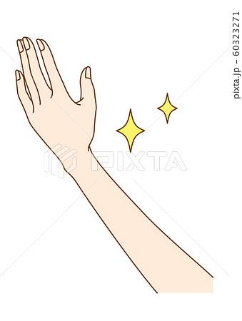 手を開いた女性の手元 60323271