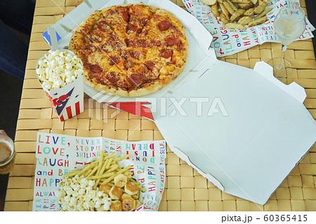 ピザ ジャンクフード 食べ物 60365415
