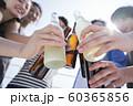 男女 仲間 お酒 60365856
