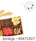 木箱に入った漢方と乳鉢 60471927