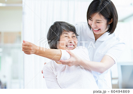 医療 シニア女性とドクター 60494869