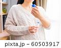 かゆみ止め薬を塗る妊婦 60503917