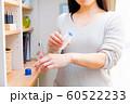 虫刺され薬を塗る女性 60522233