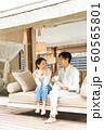 リゾートホテル カップル 旅行 アウトドアイメージ 60565801