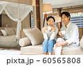 リゾートホテル カップル 旅行 アウトドアイメージ 60565808