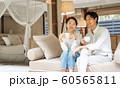 リゾートホテル カップル 旅行 アウトドアイメージ 60565811