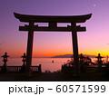赤穂御崎の真っ赤に染まりゆく夕暮れと三日月の絶景(日本の夕陽百選) 60571599