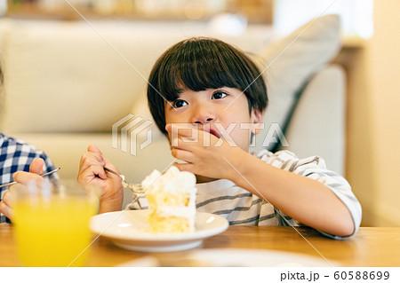 子供 食卓 ケーキ 60588699