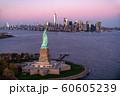 《ニューヨーク》自由の女神とマンハッタン《航空写真》 60605239