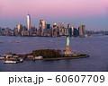《ニューヨーク》自由の女神とマンハッタン《航空写真》 60607709