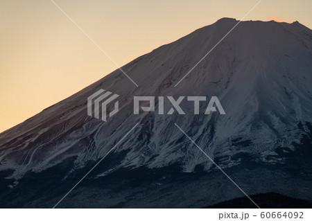 《山梨県》富士山と精進湖のご来光 60664092