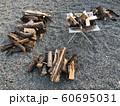 キャンプの焚き火 60695031