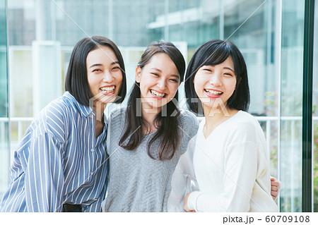 笑顔の女性3人組 撮影協力「近畿大学」  60709108