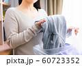 服を捨てる女性 悩む 60723352