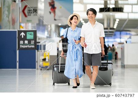 旅行 空港 カップル 海外旅行 60743797