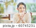カフェでコーヒーを飲む女性 60745231