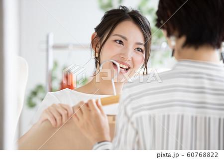 ショップ 店員 接客 女性 60768822