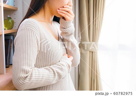 体調不良の女性 60782975