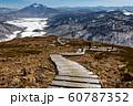 至仏山中腹から見る残雪の尾瀬ヶ原と燧ヶ岳 60787352