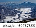 至仏山山頂から見る残雪の尾瀬ヶ原と燧ヶ岳 60787355