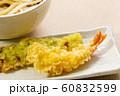 えびの天ぷら。写真奥にはちくわの天ぷら(ちくわの磯辺揚げ)とぶっかけうどん。 60832599