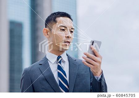 若いビジネスマン(顔認証、スマホ、屋外 60845705