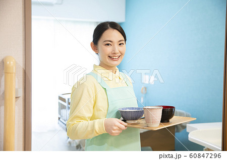 ビジネス 仕事 女性 介護士 ヘルパー 介護施設 デイサービス 60847296