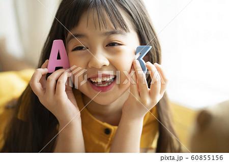 子供 ライフスタイル おもちゃ遊び 60855156