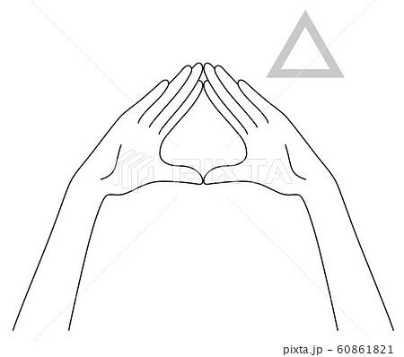 三角形を作る女性の手元 60861821