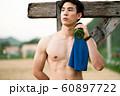 男性 スポーツ 休憩 60897722