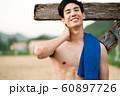 男性 スポーツ 休憩 60897726
