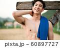 男性 スポーツ 休憩 60897727