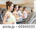 若い女性、スポーツジム、ランニングマシーン 60940505