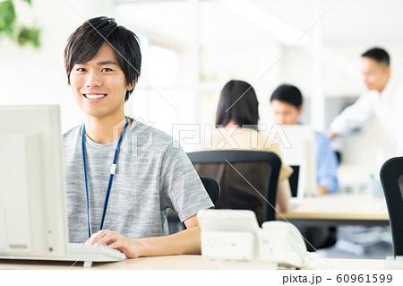オフィスの若いエンジニア  60961599