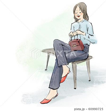 ベンチに座るパンツスタイルの女性 60990725