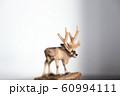 木彫りのトナカイ 60994111