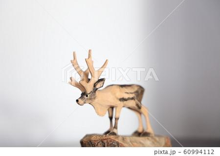 木彫りのトナカイ 60994112