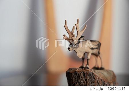 木彫りのトナカイ 60994115