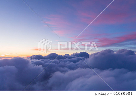 雲上の夕焼け風景の写真素材 [61030901] - PIXTA