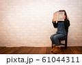 本を読む女の子 61044311