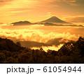 朝焼けの富士景色 61054944
