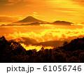 金色に輝く朝焼けの富士景色 61056746