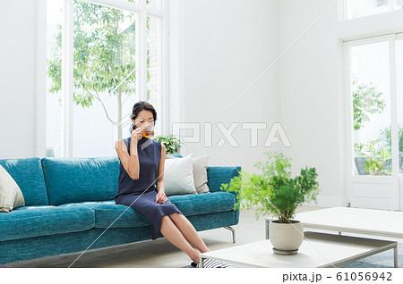 ソファに座る若い女性 61056942